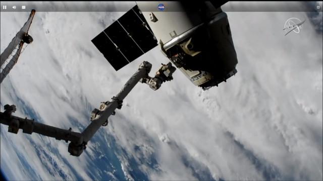Il cargo spaziale Dragon lascia la Stazione Spaziale Internazionale per concludere la missione CRS-16 (Immagine NASA TV)