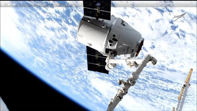 Missione CRS-17: il cargo spaziale Dragon di SpaceX catturato dal braccio robotico Canadarm2 della Stazione Spaziale Internazionale (Immagine NASA TV)