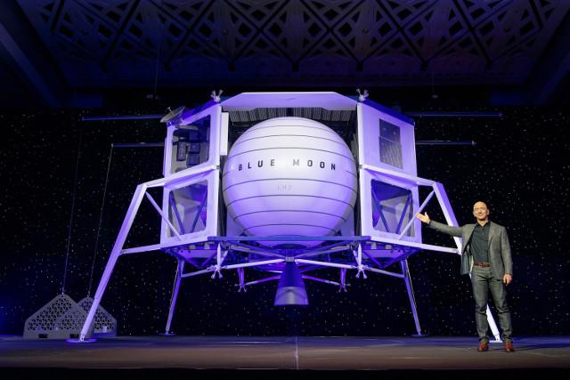 Jeff Bezos e il modello del lander Blue Moon (Foto cortesia Blue Origin. Tutti i diritti riservati)