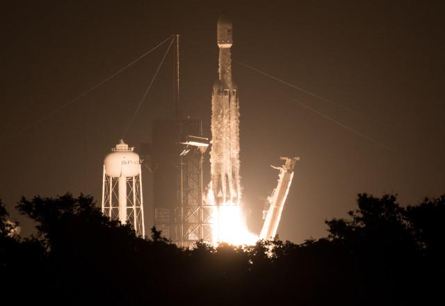 Il razzo Falcon Heavy di SpaceX al decollo nella missione Space Test Program-2 (STP-2) (Foto NASA/Joel Kowsky)