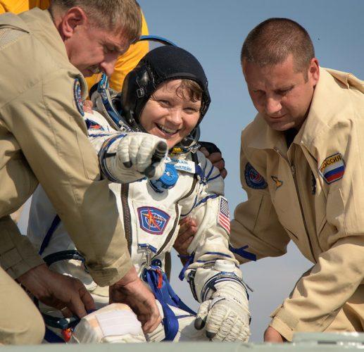 L'astronauta Anne McClain assistita dopo l'atterraggio (Foto NASA/Bill Ingalls)