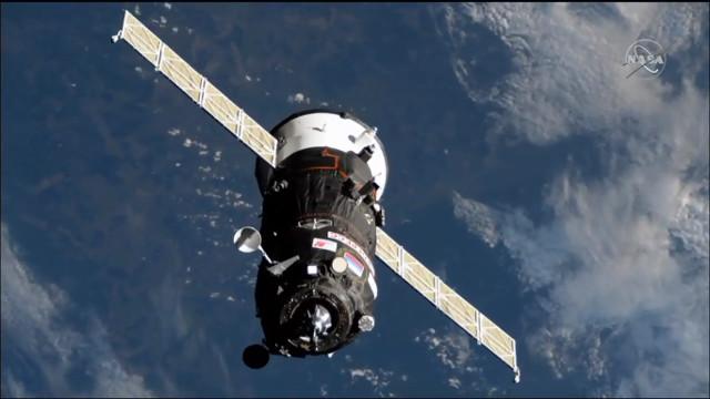 Il cargo spaziale Progress MS-12 si avvicina alla Stazione Spaziale Internazionale (Immagine NASA TV)