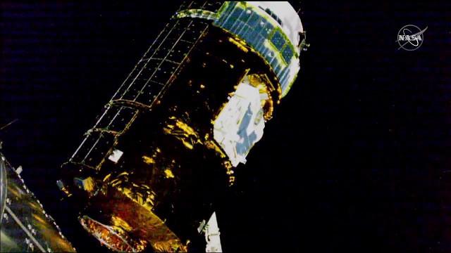 Il cargo spaziale HTV-8 catturato dal braccio robotico Canadarm2 della Stazione Spaziale Internazionale (Immagine NASA TV)