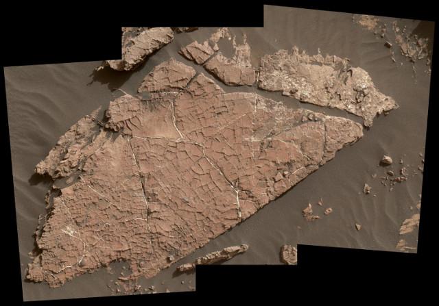 Tracce di antichissimi stagni salati sul fondo del cratere Gale su Marte