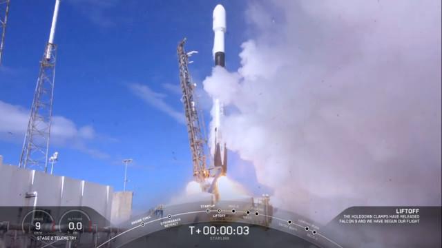 Il secondo gruppo di 60 satelliti Starlink al decollo su un razzo Falcon 9 (Immagine cortesia SpaceX)