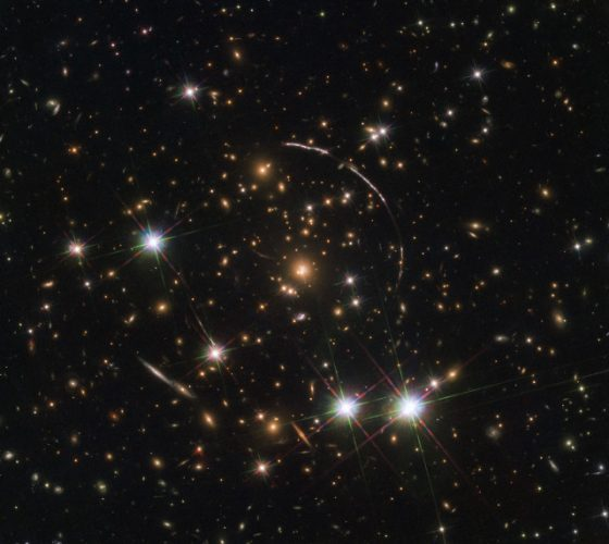 L'immagine di un'antichissima galassia moltiplicata da una lente gravitazionale