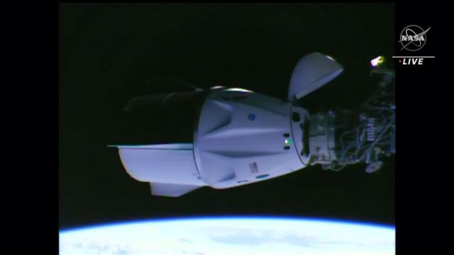 La navicella spaziale Crew Dragon Endeavour di SpaceX è attraccata alla Stazione Spaziale Internazionale (Immagine NASA TV)