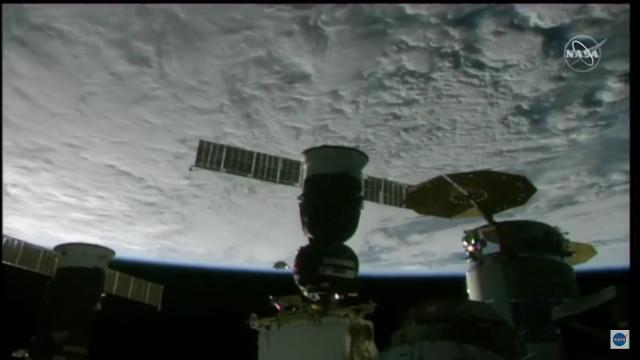 La navicella spaziale Soyuz MS-18 attracca alla Stazione Spaziale Internazionale (Immagine NASA TV)