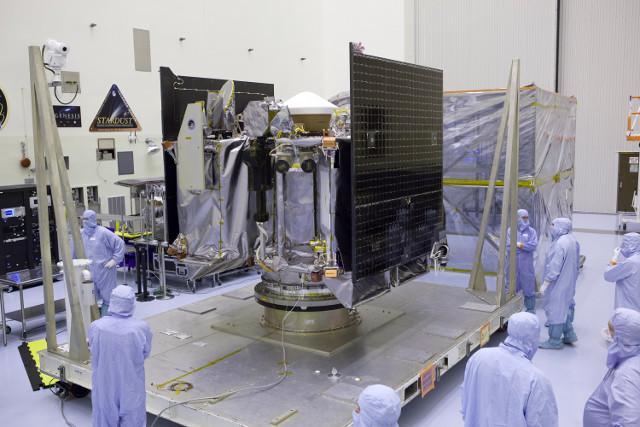 La sonda spaziale OSIRIS-REx durante i preparativi (Foto NASA/Dimitri Gerondidakis)
