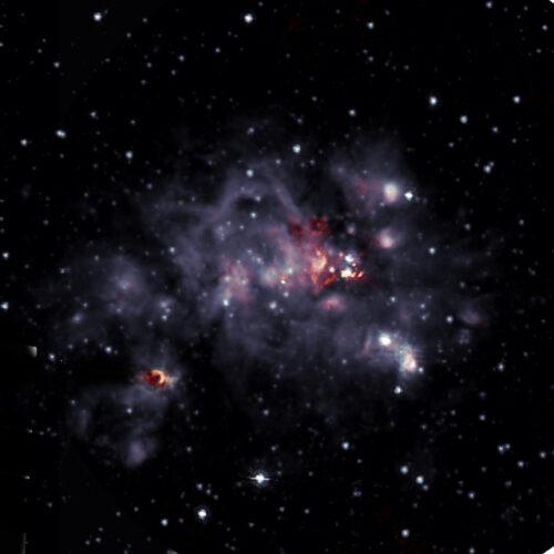La nube molecolare W49A vista a onde radio e infrarossi (Immagine DePree, et al.; Sophia Dagnello, NRAO/AUI/NSF; Spitzer/NASA)