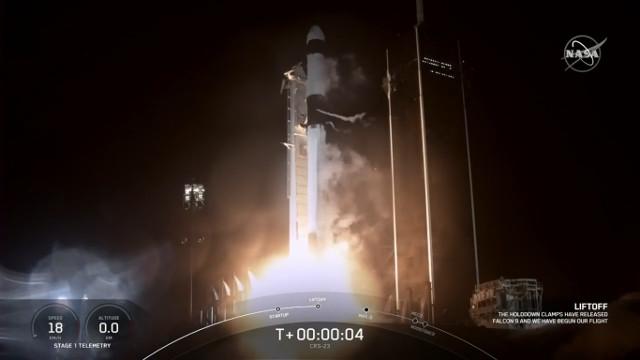 Il cargo spaziale Dragon 2 inizia la missione CRS-23 decollando su un razzo Falcon 9 (Immagine NASA TV)