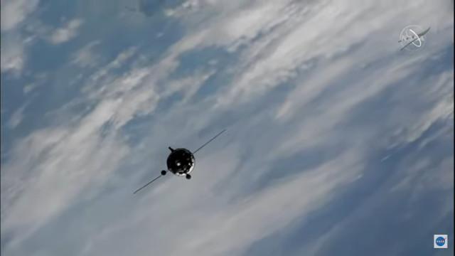 La navicella spaziale Soyuz MS-19 si avvicina alla Stazione Spaziale Internazionale (Immagine NASA TV)