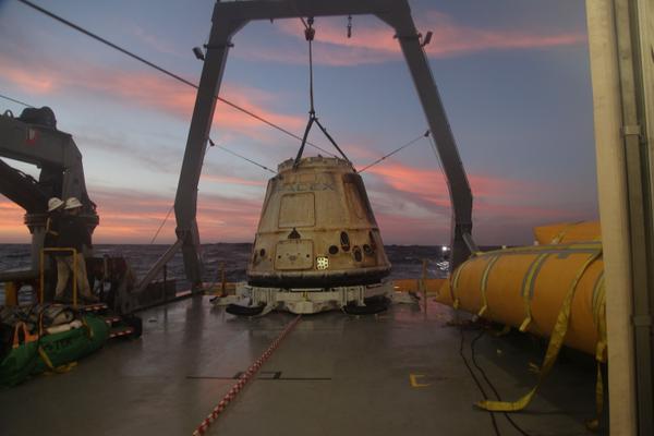 La navicella spaziale Dragon viene caricata sulla nave di SpaceX dopo l'ammaraggio alla fine della missione CRS-5 (Foto cortesia SpaceX / Elon Musk. Tutti i diritti riservati)