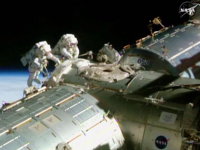 Barry Wilmore e Terry Virts durante una delle passeggiate spaziali (Immagine NASA TV)
