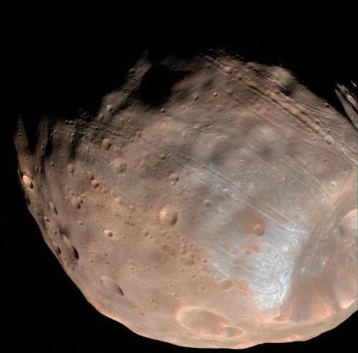 Foto di Phobos che mostra le scanalature sulla superficie (Foto NASA/JPL-Caltech/University of Arizona)