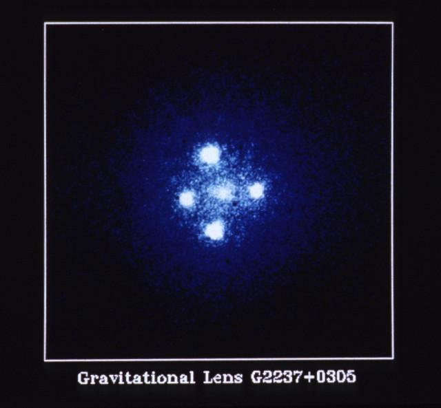 Il quasar Q2237+0305 soprannominato Croce di Einstein fotografato dal telescopio spaziale Hubble (Immagine NASA, ESA e STScI)
