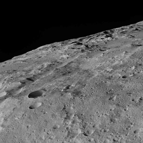 Fotografia dell'area chiamata Gerber Catena con i suoi crateri, depressioni e fratture (Immagine NASA/JPL-Caltech/UCLA/MPS/DLR/IDA)
