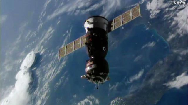 La navicella spaziale Soyuz MS-02 mentre si avvicina alla Stazione Spaziale Internazionale (Immagine NASA TV)