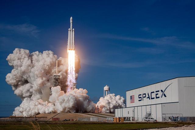 Il razzo Falcon Heavy al decollo (Foto SpaceX)