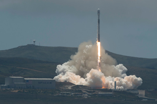 I satelliti GRACE-FO al decollo su un razzo Falcon 9 (Foto NASA/Bill Ingalls)