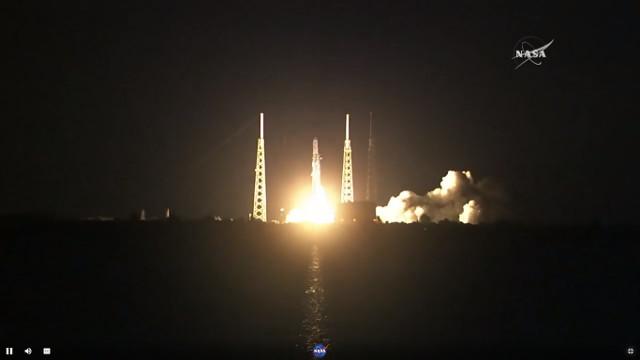 Il cargo spaziale Dragon decolla su un razzo Falcon 9 nella sua missione CRS-15 (Immagine NASA TV)