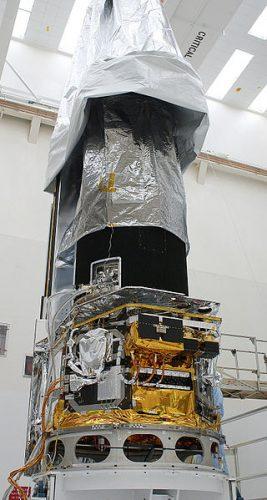 Il telescopio spaziale Spitzer durante la preparazione (Foto NASA)