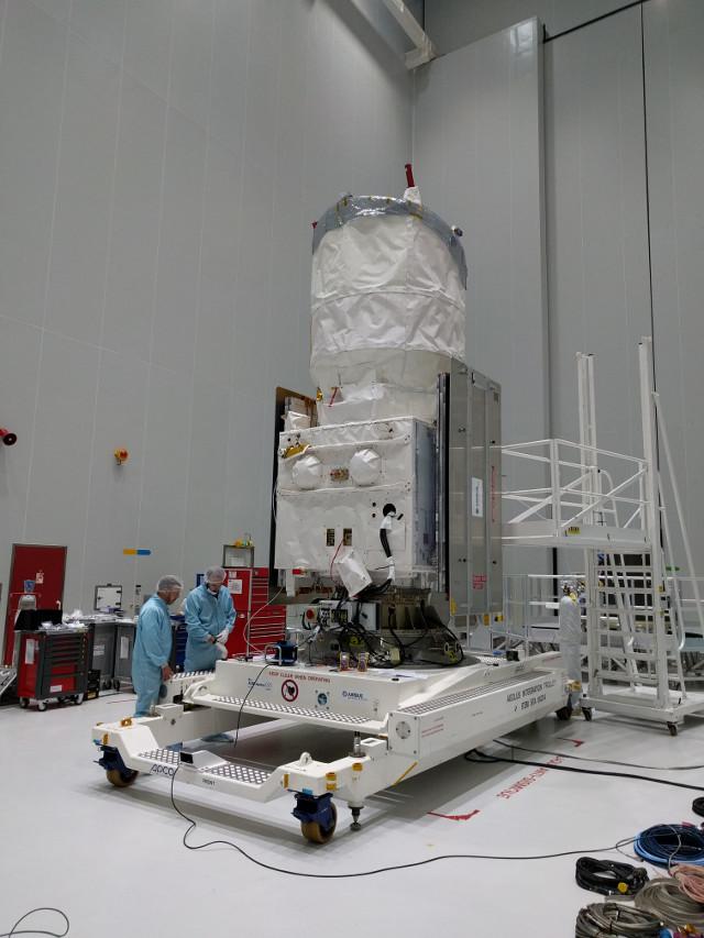 Il satellite Aeolus durante la preparazione (Foto ESA)