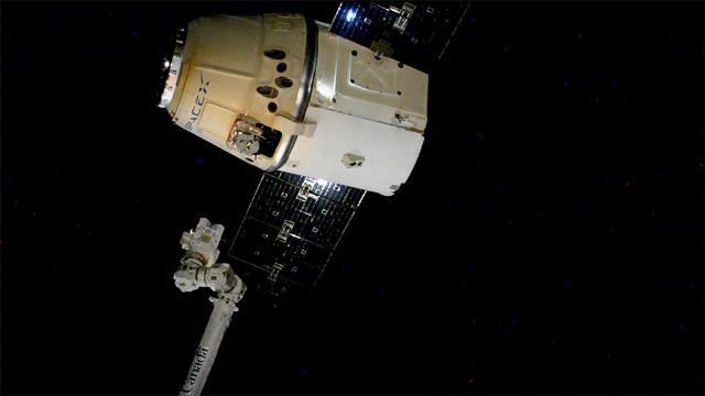 Il cargo spaziale Dragon mentre lascia la Stazione Spaziale Internazionale (Immagine NASA)