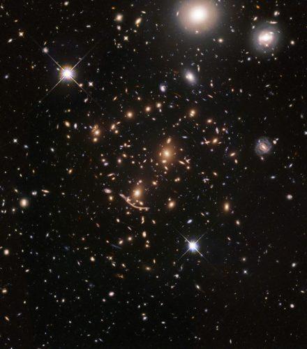 L'ammasso Abell 370 (Immagine NASA, ESA, A. Koekemoer, M. Jauzac, C. Steinhardt, and the BUFFALO team)