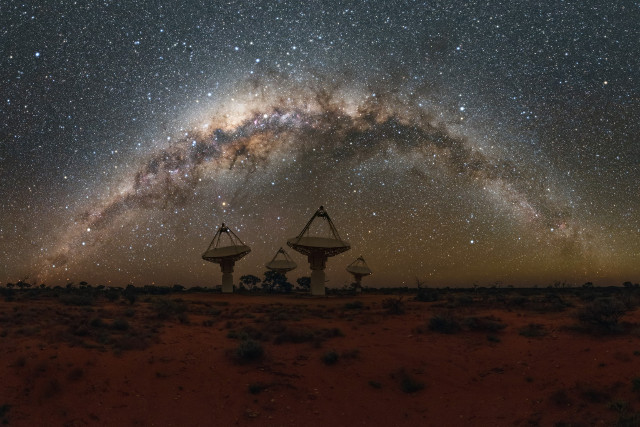 Alcune antenne dell'ASKAP con la Via Lattea sullo sfondo (Immagine cortesia Alex Cherney/CSIRO)