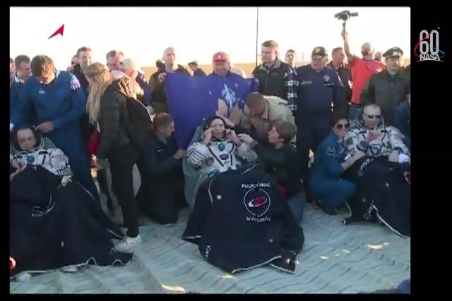 Ricky Arnold, Oleg Artemyev e Drew Feustel dopo l'atterraggio (Immagine NASA TV)