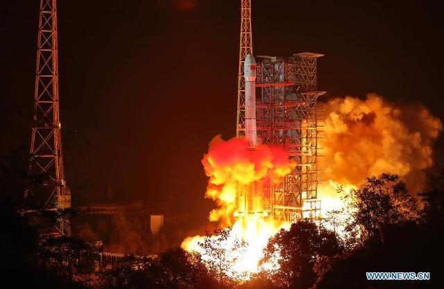 Il decollo del razzo Long March 3B dà inizio alla missione Chang'e 4. (Foto cortesia Xinhua)