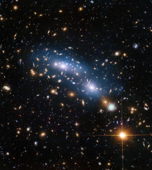 L'ammasso galattico MACS J0416 (Immagine NASA, ESA, and M. Montes (University of New South Wales, Sydney, Australia))