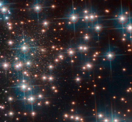 La galassia nana Bedin 1 dietro all'ammasso stellare globulare NGC 6752 (Immagine ESA/Hubble, NASA, Bedin et al.)