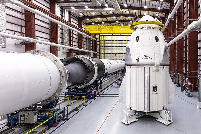 La navicella spaziale Crew Dragon durante i preparativi (Foto cortesia SpaceX)