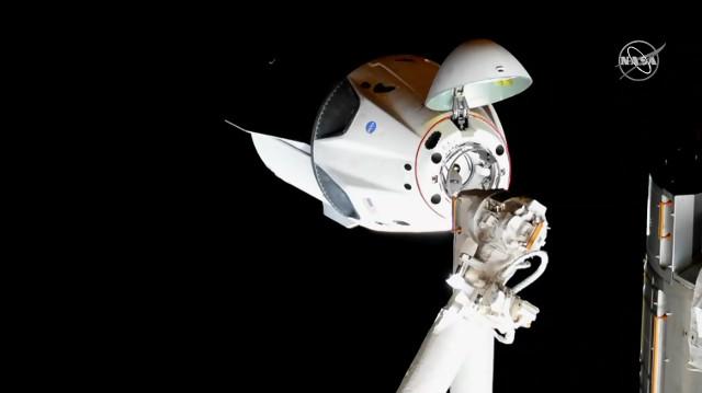 La navicella spaziale Crew Dragon si avvicina alla Stazione Spaziale Internazionale (Immagine NASA TV)