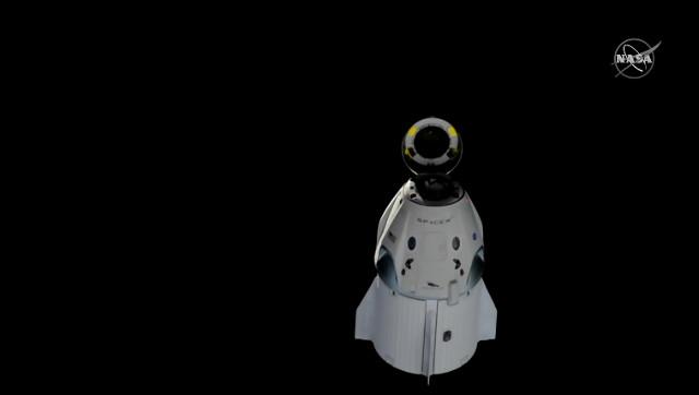 La navicella spaziale Crew Dragon dopo aver lasciato la Stazione Spaziale Internazionale nel test SpX-DM1 (Immagine NASA TV)