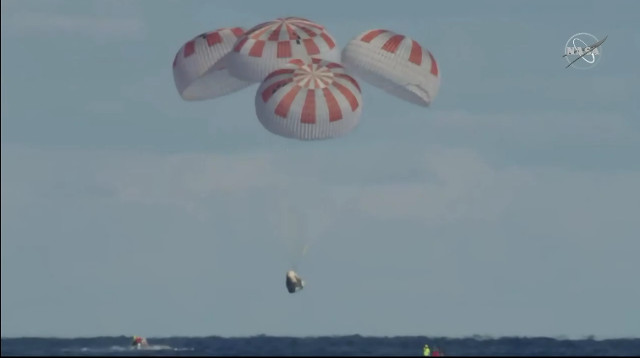 La navicella spaziale Crew Dragon alla conclusione del test SpX-DM1 (Immagine NASA TV)