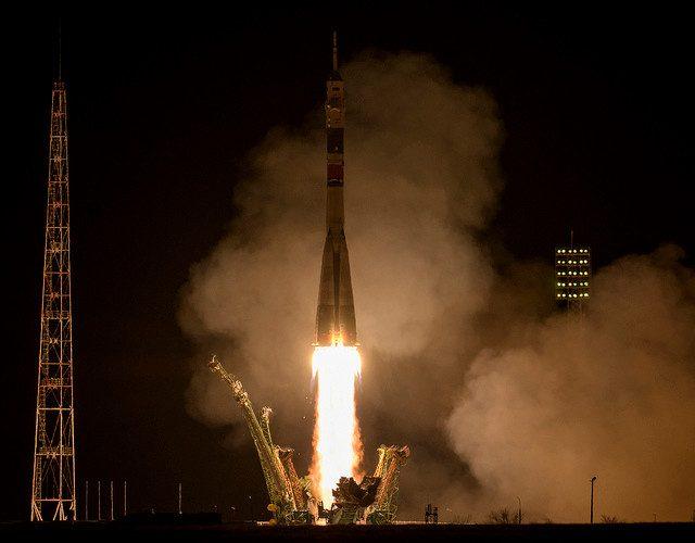 La navicella spaziale Soyuz MS-12 al decollo su un razzo Soyuz (Foto NASA/Bill Ingalls)