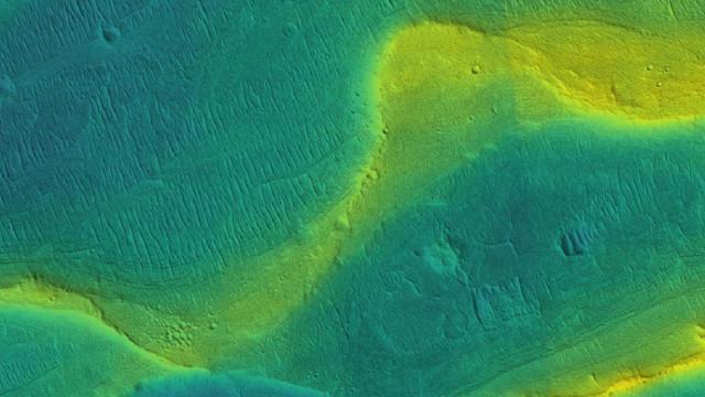 Un canale fluviale fossile su Marte (Immagine NASA/JPL/Univ. Arizona/UChicago)