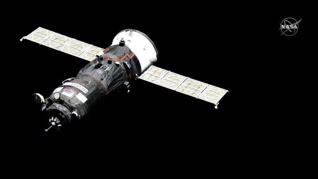 Il cargo spaziale Progress MS-11 mentre si avvicina alla Stazione Spaziale Internazionale (Immagine NASA TV)
