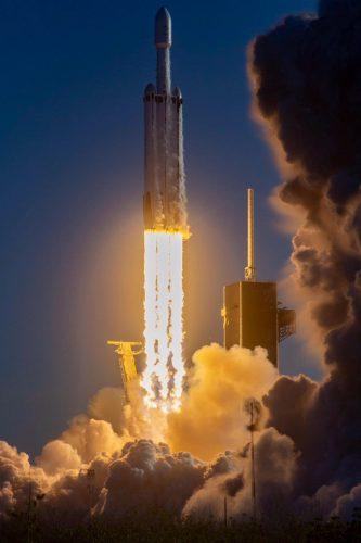 Il razzo Falcon Heavy al decollo con il satellite Arabsat-6A (Foto cortesia SpaceX)