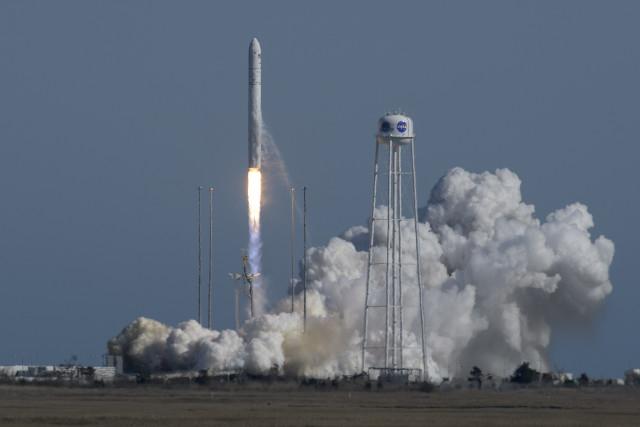 """Il cargo spaziale Cygnus """"Roger Chaffee"""" al decollo su un razzo Antares (Foto NASA/Bill Ingalls)"""