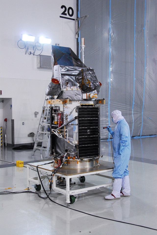 Il satellite Glory durante la preparazione (Foto NASA)