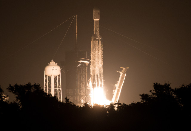 Il razzo Falcon Heavy di SpaceX al decollo nella missione Space Test Program-2 (STP-2) (Foto NASA/Joel Kowsky)