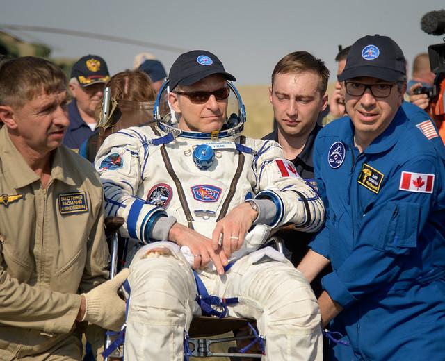 L'astronauta David Saint-Jacques assistito dopo l'atterraggio (Foto NASA/Bill Ingalls)