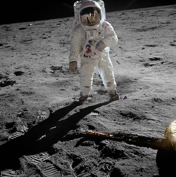 Buzz Aldrin fotografato da Neil Armstrong, visibile nel riflesso nel casco (Foto NASA)