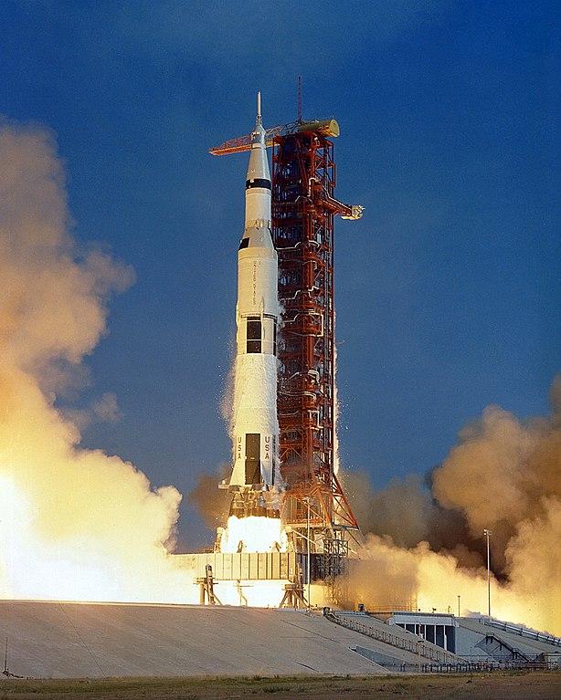 La missione Apollo 11 alla partenza con il lancio di un razzo Saturn V (Foto NASA)