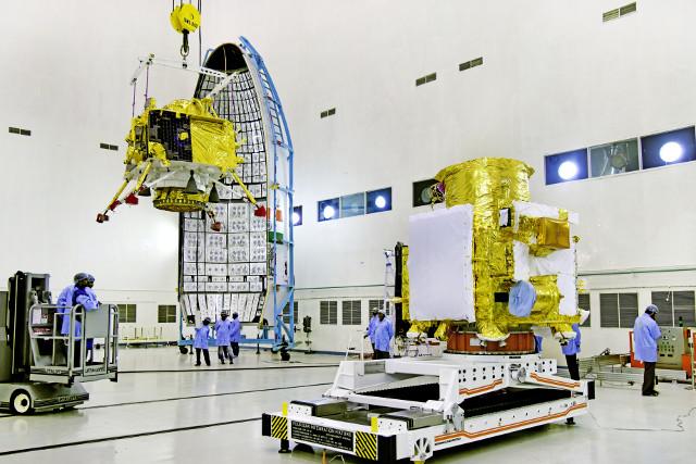 Il lander Vikram sollevato per essere posto sopra l'obiter della missione Chandrayaan 2 (Foto cortesia ISRO)