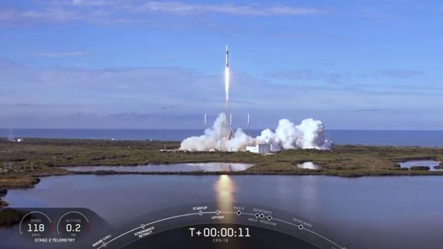 Il cargo spaziale Dragon inizia la missione CRS-18 decollando su un razzo Falcon 9 (Immagine cortesia SpaceX)